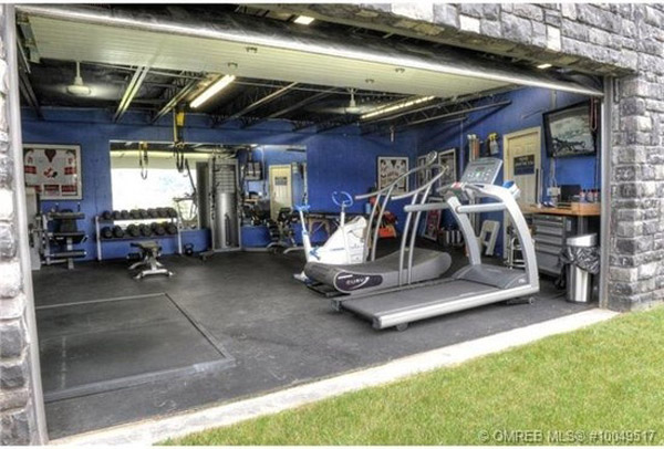 How badass is this? No driveway garage gym. Just grass!