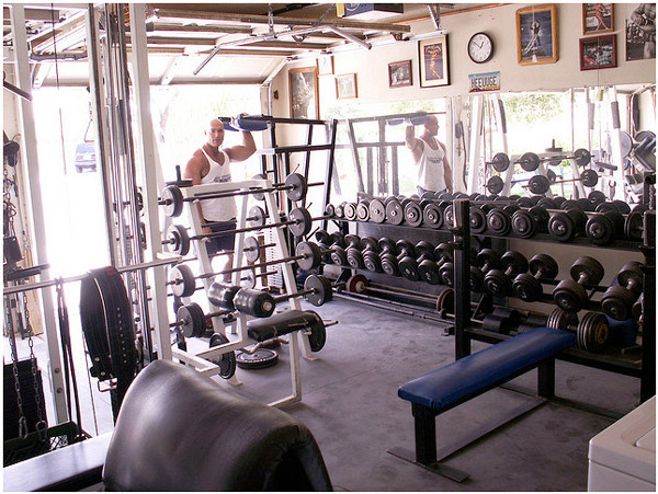 Looks cramped but it's still a sweet garage gym #gymlife