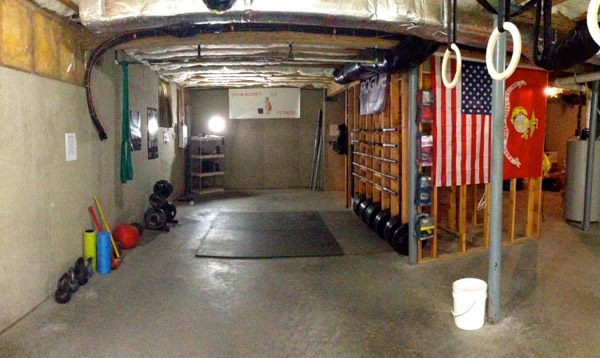 I like this garage gym. Very simple and organized