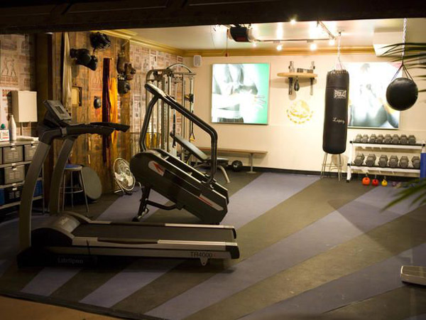 Cool garage gym flooring. Very impressive style