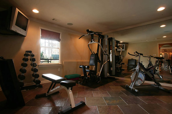 Spin bike, dumbbells, tv, pull-down... this great home gym is more than enough for a great workout