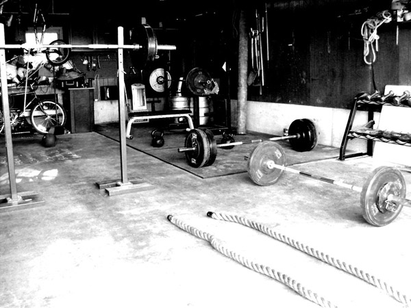Conditioning garage gym - nice gear. battle rope, multiple bars