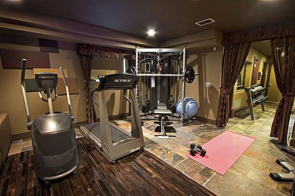 Interesting tight quarters home gym