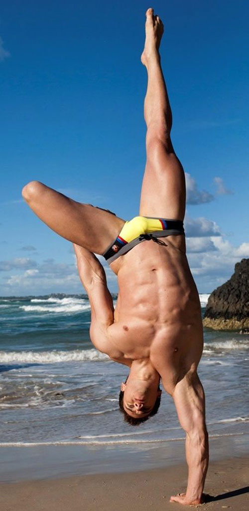 One handed handstands beachside - nice definition on that bod #handstand #ripped